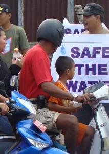 Aktivis air melakukan aksi damai di bundaran Pamedan A Yani