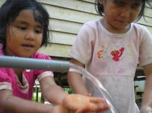 Anak-anak sedang menikmati air bersih bantuan Donatur Program PAPA LSM ALIM Prov. Kepri