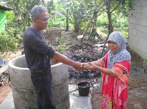 ARKARDIUS, Ketua LASKAR AIR Lembaga ALIM menyerahkan Bantuan Sumur kepada Rumah Tangga Miskin dari Donatur di Tanjungpinang. Bentuk kepedulian ALIM terhadap warga yang kesulitan air.