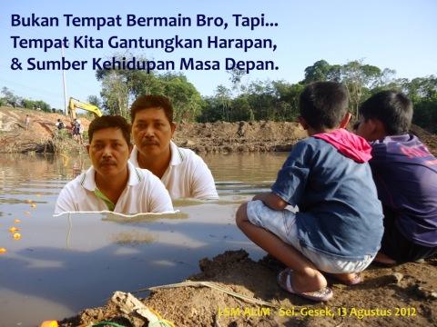 Ilustrasi : Sei Gesek Kab. Bintan, 13 Agustus 2012. Tampat anak-anak bermain-bermain disekitar lokasi proyek Pembangunan Waduk Sei Gesek.